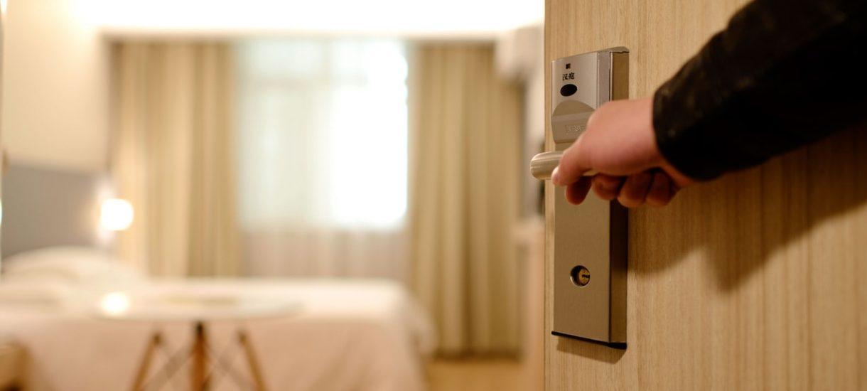 Hotel uznał naszą czytelniczkę za prostytutkę, bo odwiedził ją kolega. Właścicielka goniła też samego gościa…
