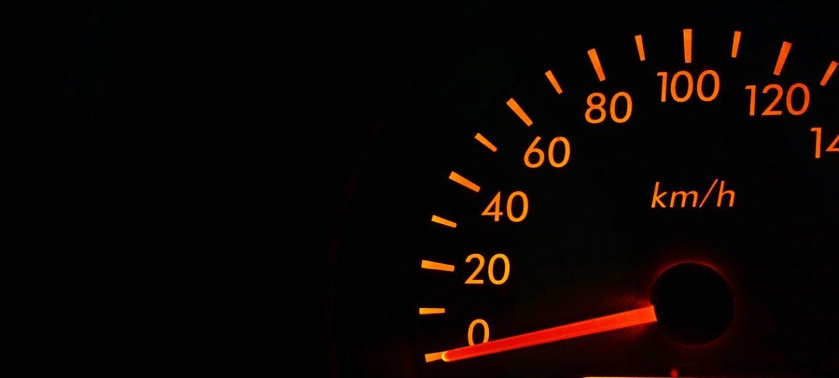 Mandat nie tylko za przekroczenie prędkości. Jeśli jedziemy zbyt wolno, też możemy zostać ukarani