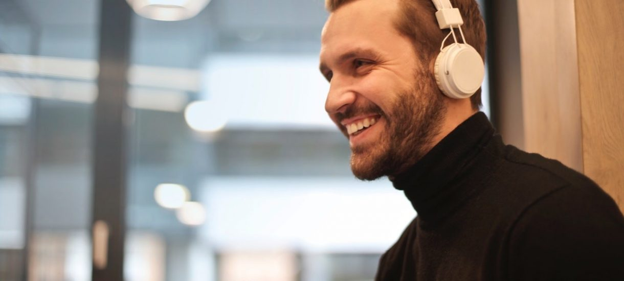Słuchanie muzyki w pracy: co na to prawo i czy przypadkiem pracodawca nie musi za to płacić?