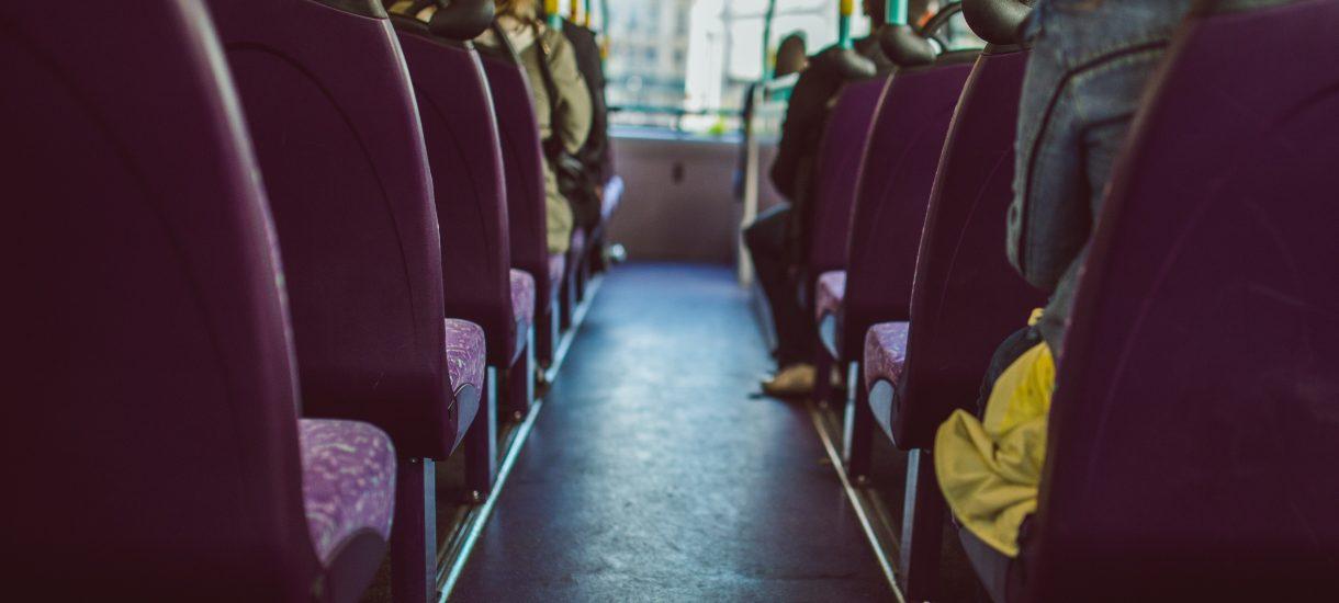 Ustąpienie miejsca w autobusie starszej osobie: jest wymuszone przez prawo czy nie?