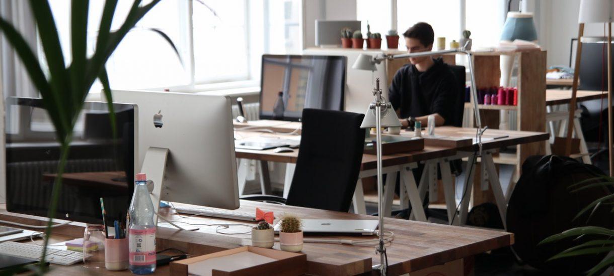 Pracodawcy często chcą, by pracownicy zostawali w pracy po godzinach, ale takie praktyki szkodzą obu stronom