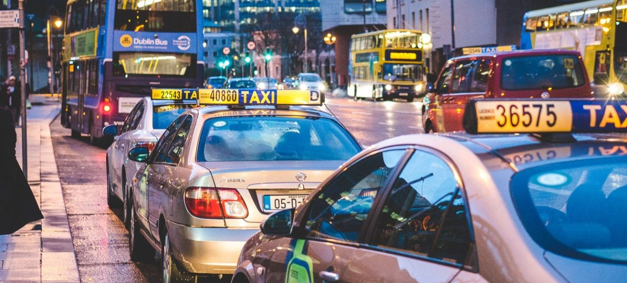 Główne grzechy polskich taksówkarzy? Wysokie ceny i brak informacji o kosztach przejazdu