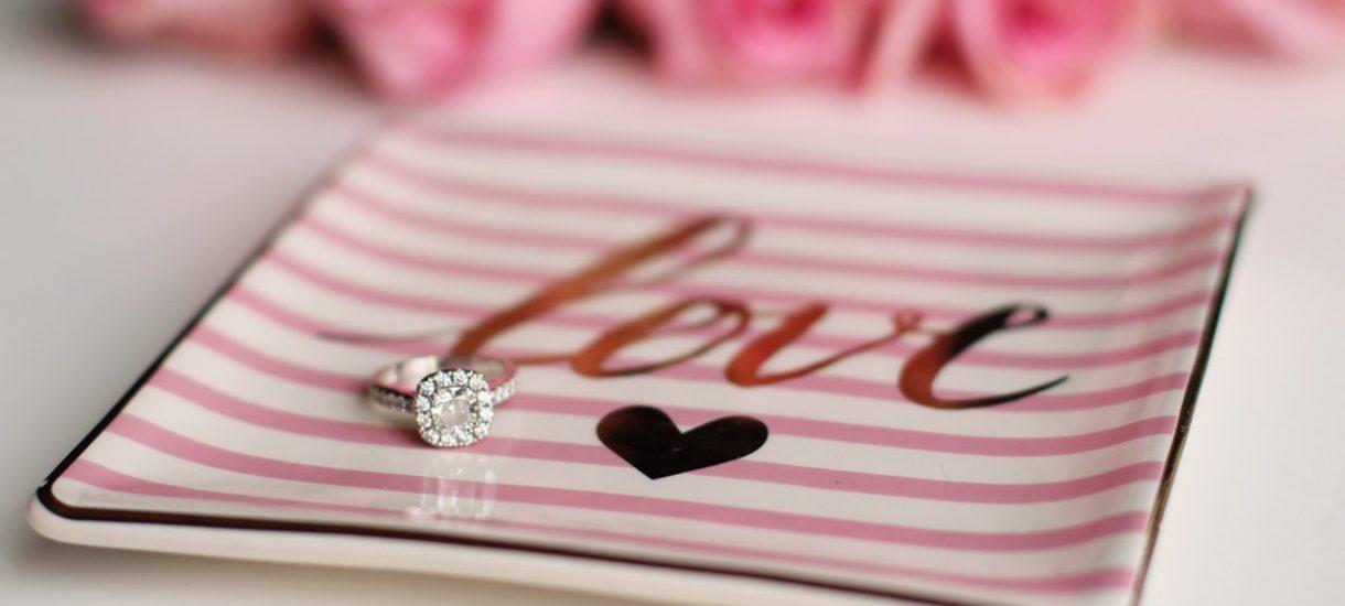 Co zrobić z pierścionkiem zaręczynowym po zerwanych zaręczynach? Wszystko zależy od interpretacji