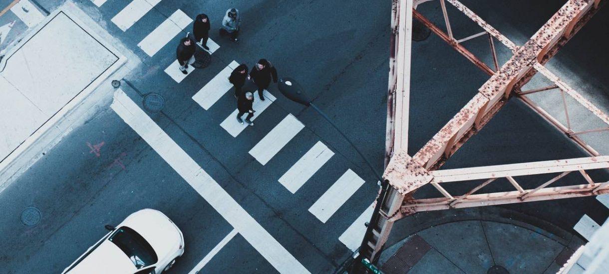 Przechodzenie przez jezdnię jest dozwolone nie tylko na zebrze. Wtedy jednak pieszy traci pierwszeństwo i musi uważać, bo jest intruzem