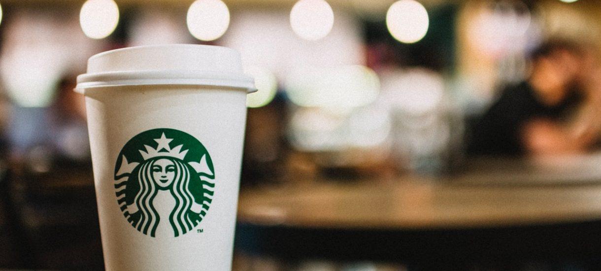 """Kawa w Grze o Tron jednak nie należała do Starbucksa, ale ten i tak dzięki pomyłce """"zarobił"""" 2,3 miliarda dolarów"""
