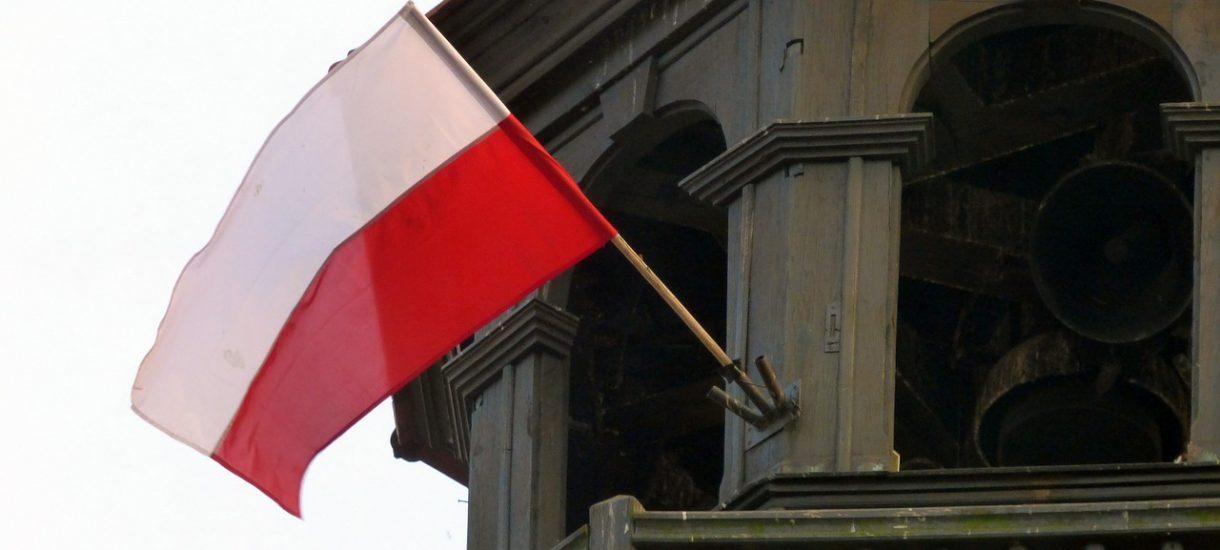 Wywieszanie i godne niszczenie flagi państwowej – jak robić to poprawnie? Czy można zdobić flagę?