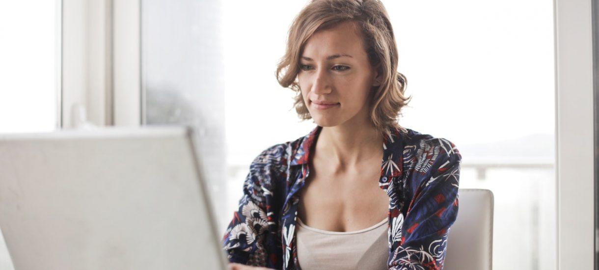 Jeśli masz komórkę służbową lub laptopa, to zastanów się dwa razy zanim użyjesz ich w domu