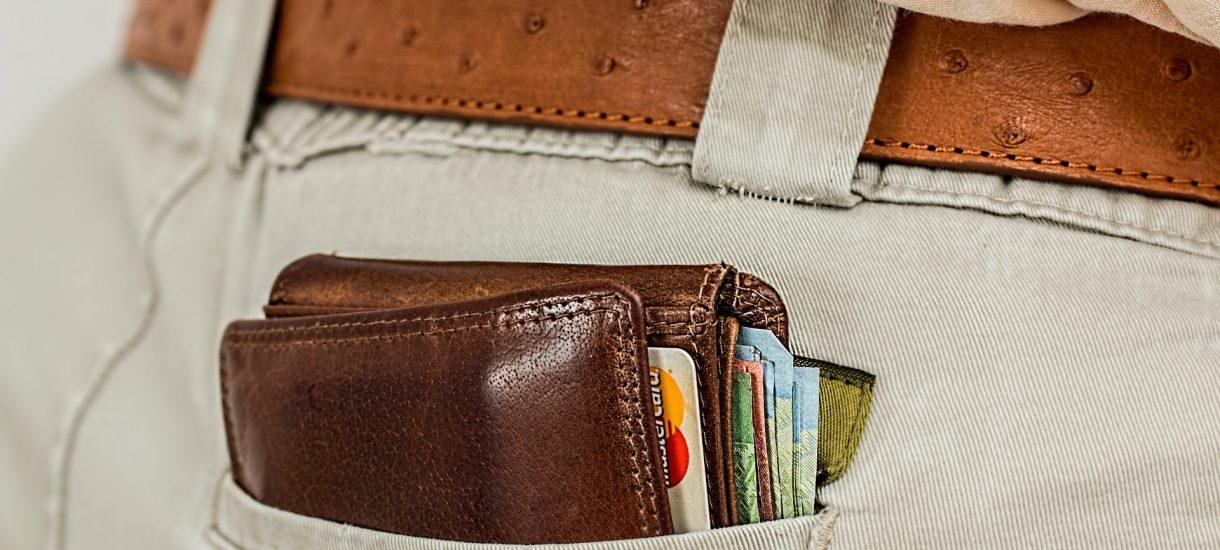 Młodzi żyją ponad stan, biorąc kredyty i zalegając z rachunkami. Ale mają ciuchy i kosmetyki