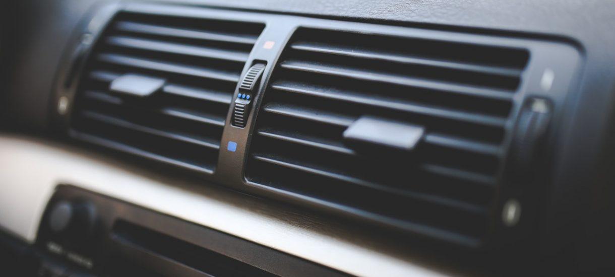 Za pozostawienie samochodu z włączoną klimatyzacją (i silnikiem) grozi aż 3000 złotych grzywny. Warto o tym pamiętać, szczególnie, że za oknem jest coraz cieplej