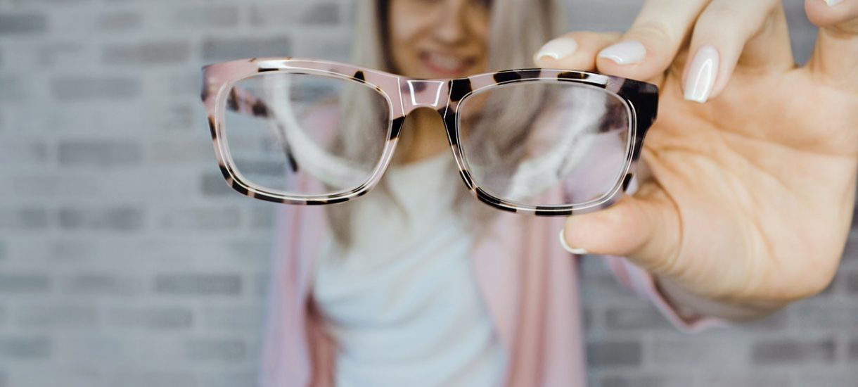 Czy jest możliwe odliczenie VAT z faktury zakupu okularów dla pracowników?