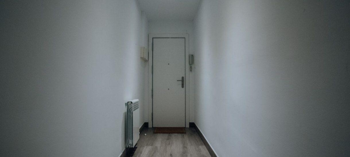 """Wiadomość """"nie zastałem nikogo w mieszkaniu, proszę o pilny kontakt"""" w drzwiach. Agenci nieruchomości są o krok od udawania pogotowia gazowego"""