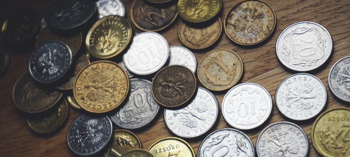 Płatność drobnymi w sklepie. Czy można płacić za zakupy kilogramami groszówek? Czy sprzedawca może odmówić ich przyjęcia?