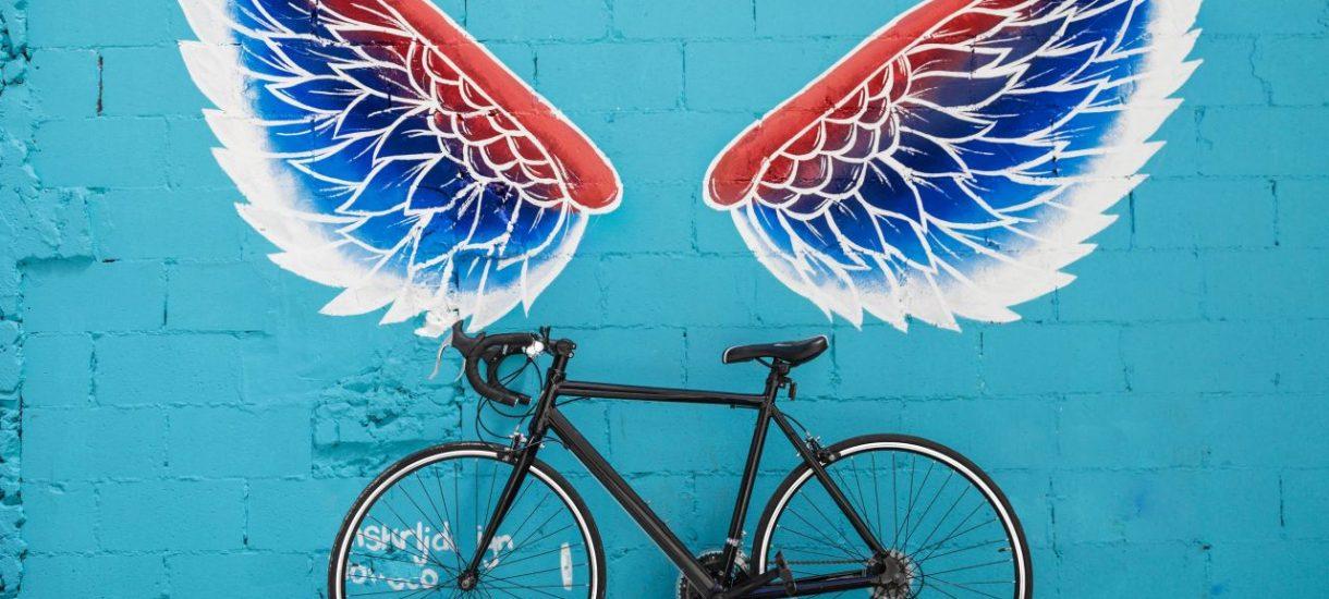 Kiedy prawo wymaga od kolarza kasku? Mandatu za brak kasku na rowerze nie będzie, ale i tak są sytuacje, w których kask jest potrzebny