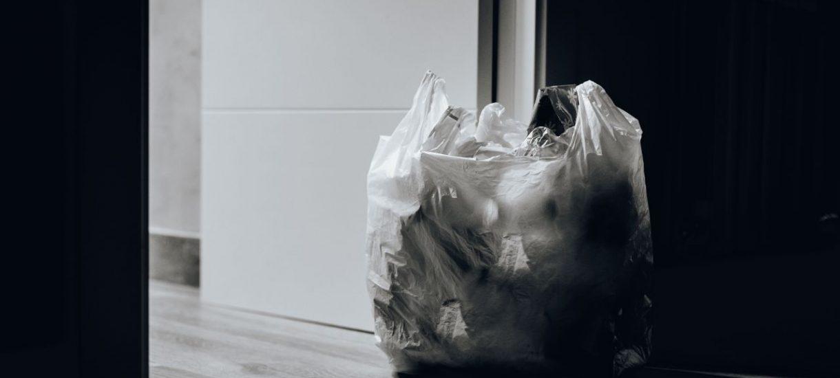 Opłata za torebki miała chronić środowisko, ale zarabiały na niej sklepy. Teraz rząd to zmieni, ale zapłaci oczywiście konsument