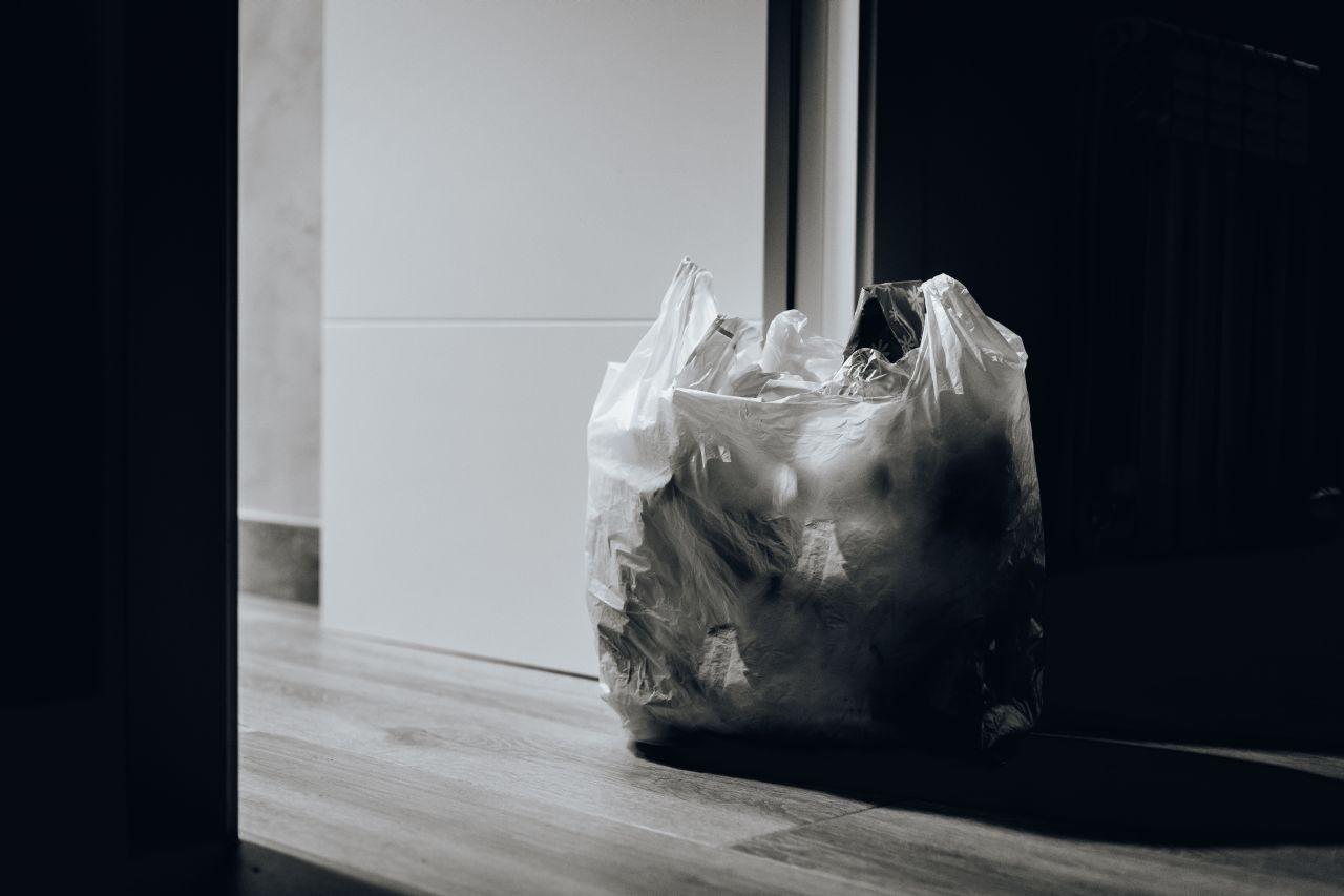 Opłata za torebki miała chronić środowisko, ale zarabiały na
