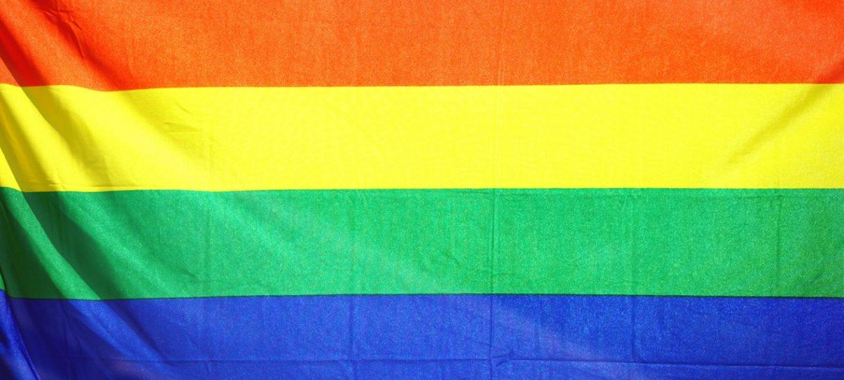 """Sąd wydał nakaz zabezpieczenia naklejek Gazety Polskiej """"Strefa wolna od LGBT"""". Rzecz w tym, że Gazeta Polska ma już nowe naklejki"""