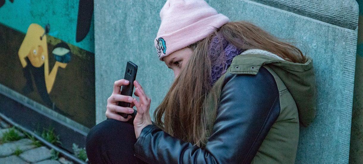 Chcą przypodobać się innym, więc biorą smartfona na wysoki abonament. Średnie zadłużenie w grupie 18-25 lat to ponad 3 tys. zł
