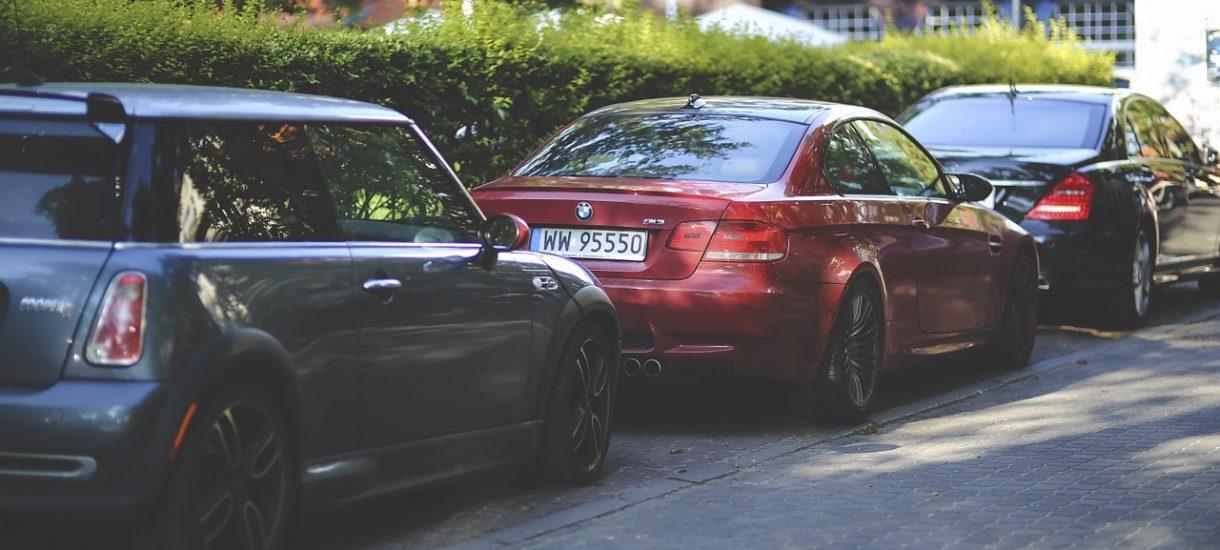 Jeśli uszkodziłeś czyjeś auto na parkingu, to zostawienie kartki z numerem telefonu może nie przekonać ubezpieczyciela