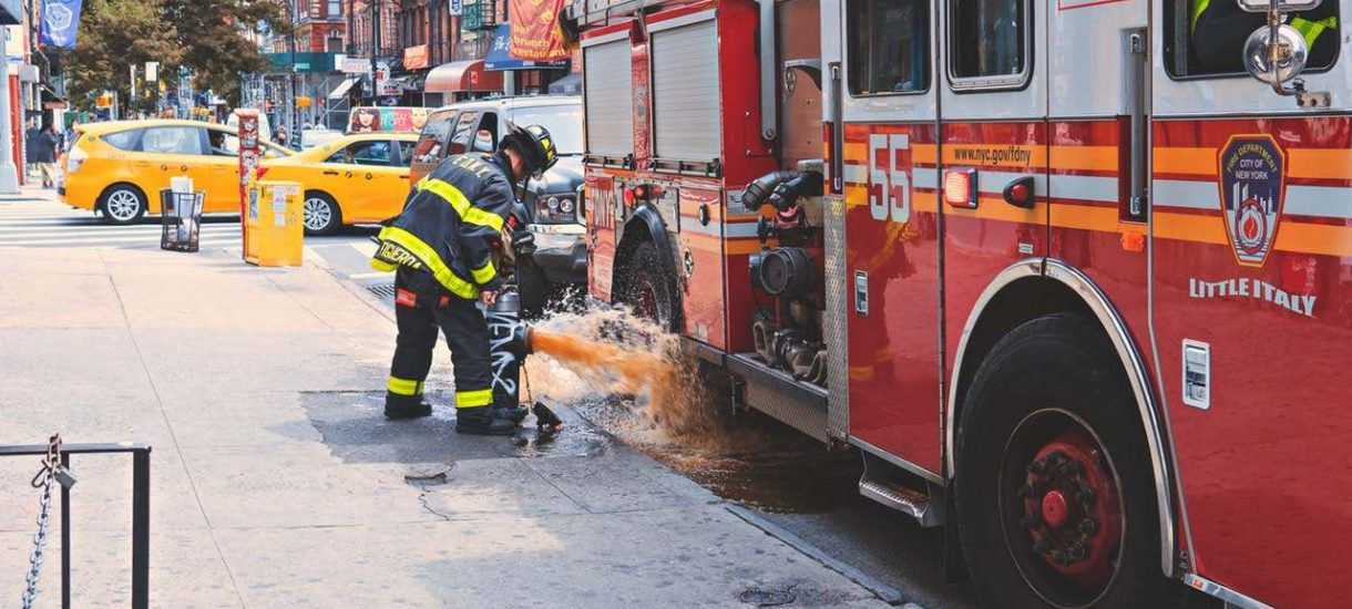 TVN z kretesem przegrał proces i w głównym wydaniu Faktów wyemitowano długie przeprosiny komornika za wozy strażackie