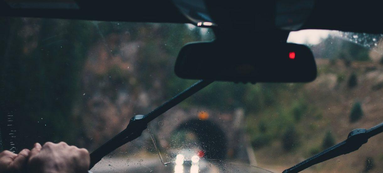 Zatrzymanie prawa jazdy za korzystanie z telefonu podczas kierowania. Wysokie mandaty nie podziałały
