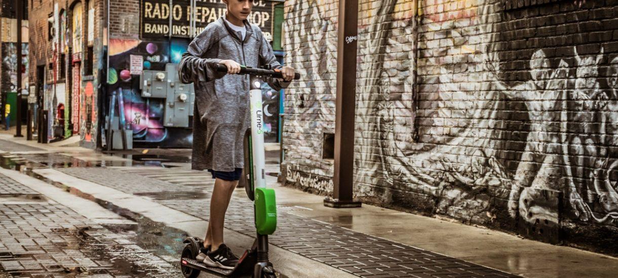 Hulajnogi elektryczne nie dla osób do 10 roku życia, a także z zakazem jazdy po chodniku. Nadchodzą nowe przepisy