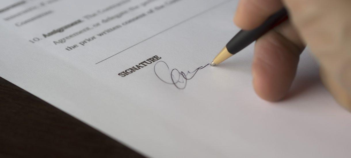 Przedwstępna umowa sprzedaży – niby można samemu, ale oczywiście lepiej iść do notariusza