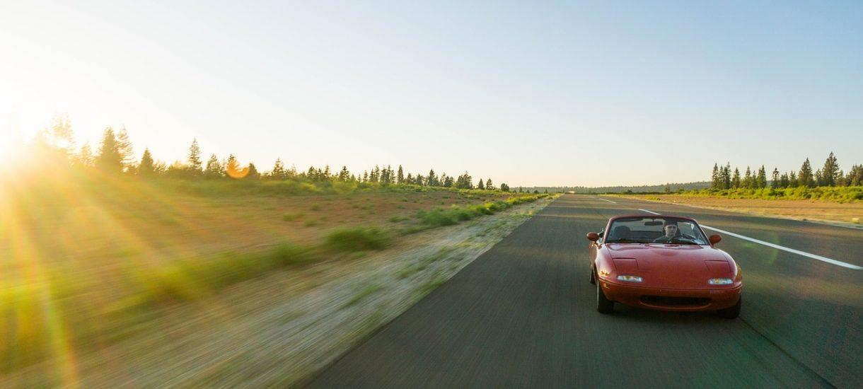 Jak chcesz zostać szeryfem i ścigać samodzielnie sprawców wykroczeń drogowych, to może jednak się wstrzymaj, bo możesz stracić prawo jazdy