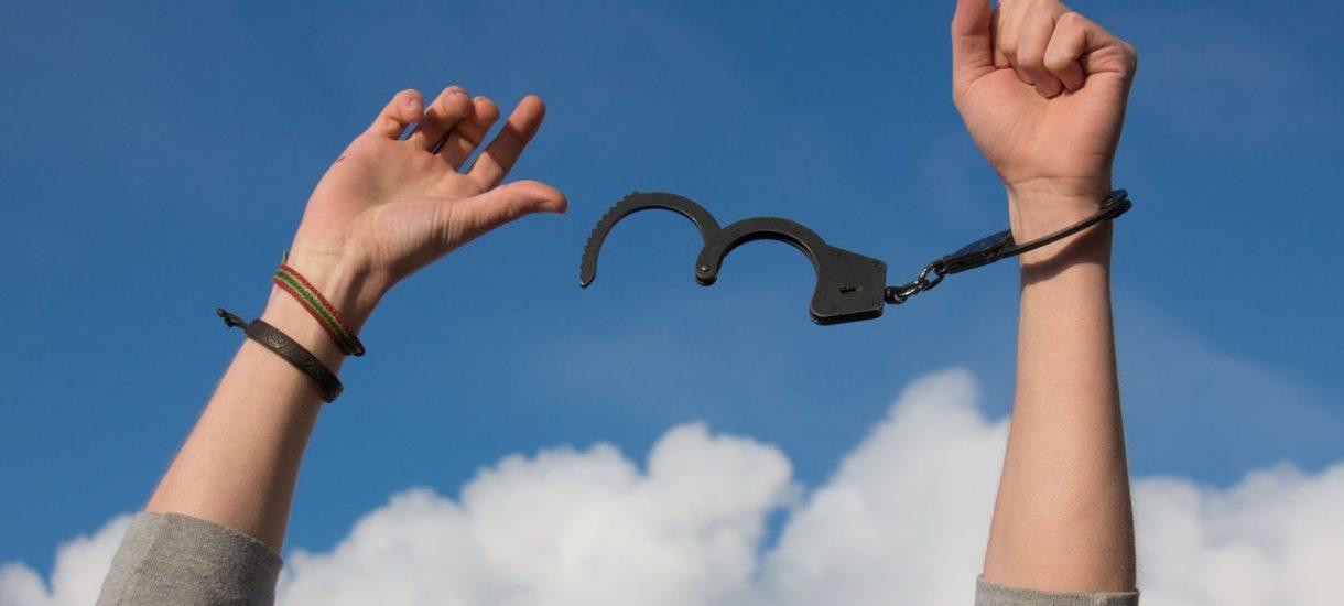 Skucie 7-latka kajdankami przez policję nie narusza konstytucji USA. Czy to samo przeszłoby w Polsce?