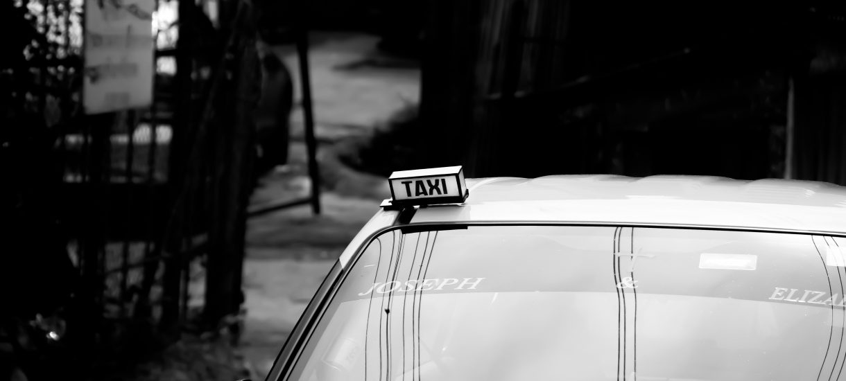 Napad na taksówkarza w biały dzień – sprawcy rozboju w Pruszkowie nie przewidzieli, że wszystko nagrywa kamera