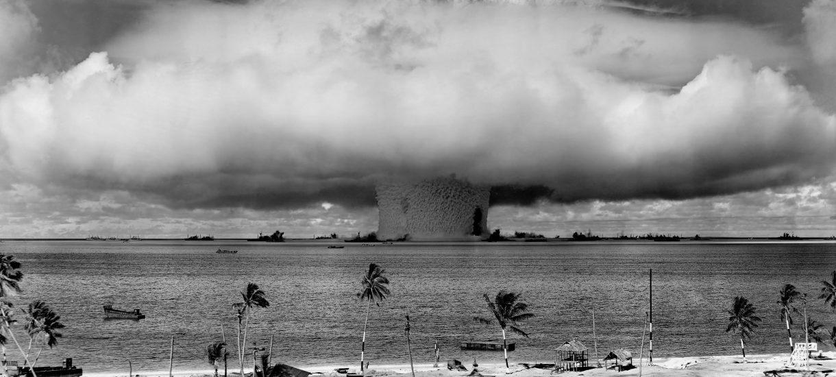 Sposób Trumpa na huragany? Zbombardowanie ich bronią jądrową