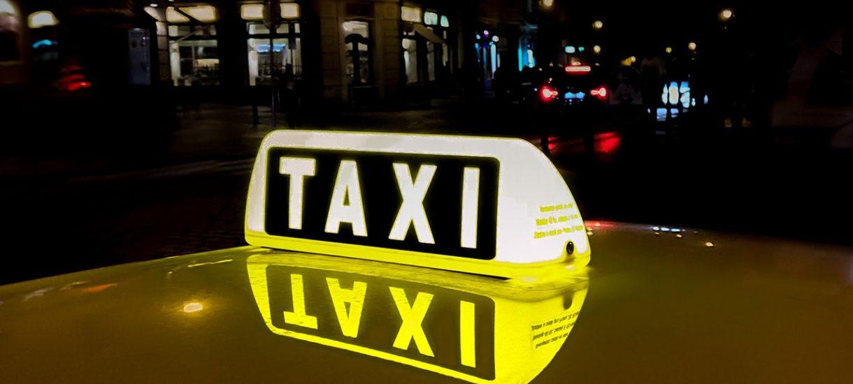 Taksówkarze złośliwie oklejają pojazdy kierowców Ubera. Sami łamią przy tym szereg przepisów