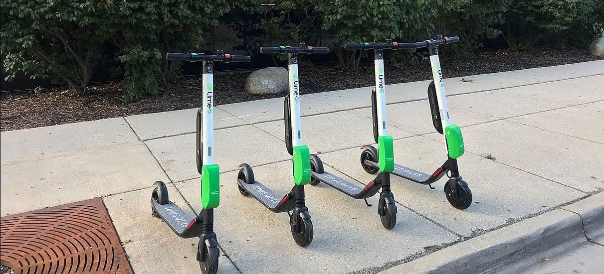 Nie będzie można jeździć hulajnogami elektrycznymi po chodnikach? Miasta są za, rząd się jednak opiera