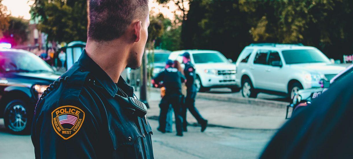 """""""Zachowuj się mniej gejowsko"""", usłyszał policjant w pracy. Dostanie 20 mln dol. odszkodowania"""