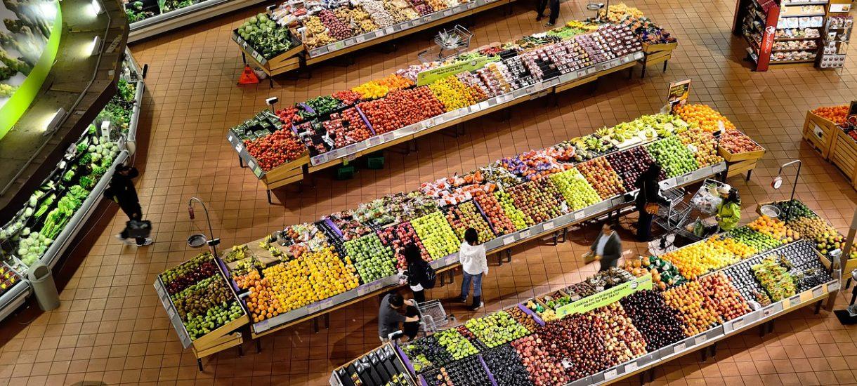 Kupujesz brzoskwinie z Turcji, a tak naprawdę wyhodowano je pod Radomiem. UOKiK alarmuje – ściemnia 1/3 sklepów