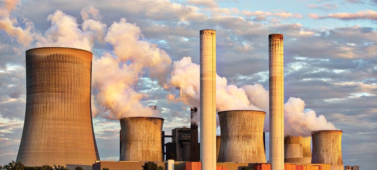 Klimatyczni aktywiści przerobili reklamy PKO BP zarzucając bankowi sponsorowanie niszczenia klimatu