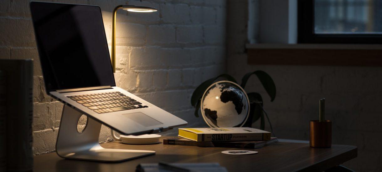 Masz brązowe biurko w pracy? To niezgodne z zasadami BHP dla pracy biurowej