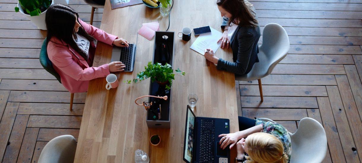 W placówce Santander Bank napijesz się kawy, popracujesz nad swoim projektem lub spotkasz się z klientem. I oczywiście porozmawiasz z doradcą