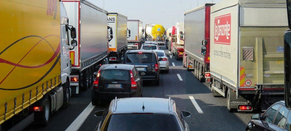 Nakaz jazdy na suwak podpisany przez prezydenta. Kiedy zacznie obowiązywać i co będzie grozić za niestosowanie się do przepisów?