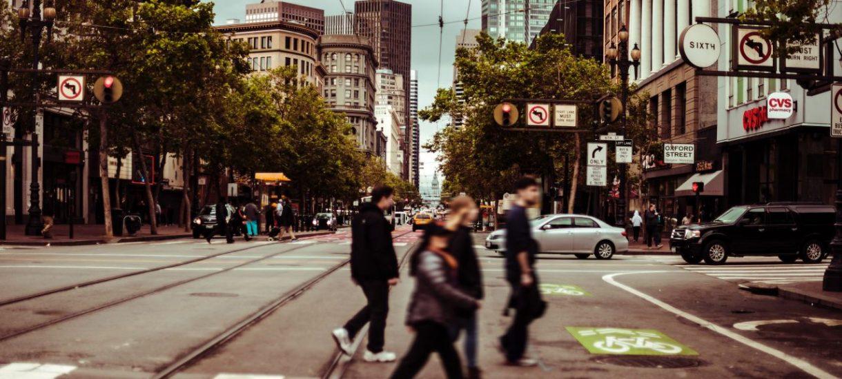 Kierowcy martwią się, że pierwszeństwo pieszych przed przejściem zamieni drogi w pastwiska pełne świętych krów. Tymczasem sami zapominają o jednym ważnym przepisie