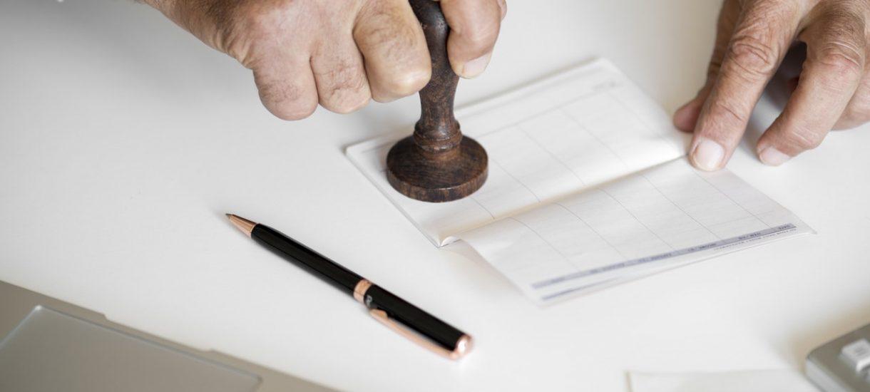 Pomimo obietnic zlikwidowania kultu pieczątki w polskim prawie, na poprawę czeka ponad 200 aktów prawnych