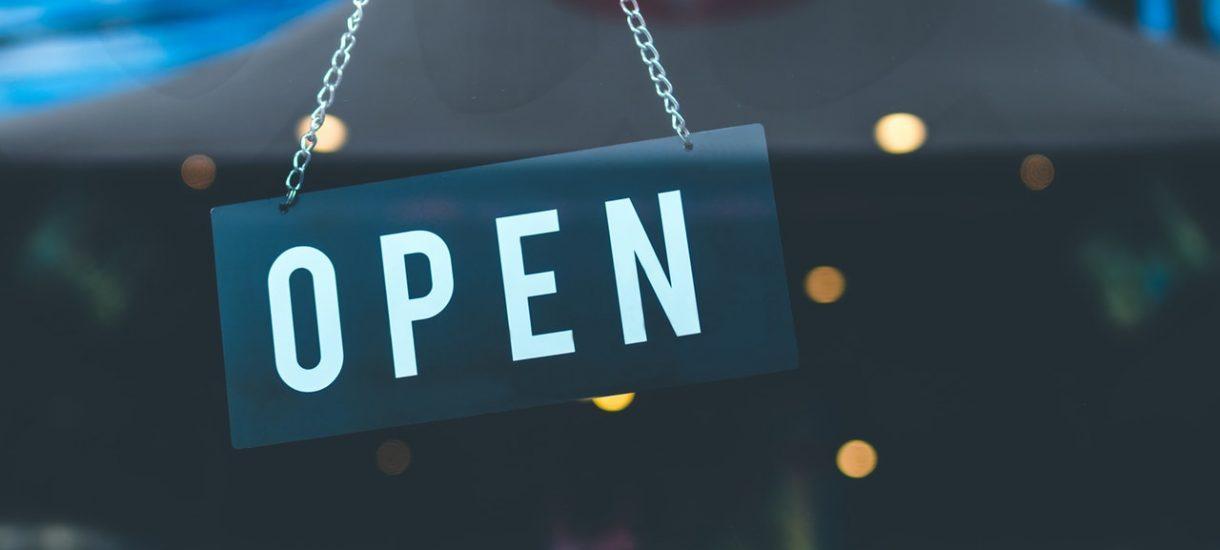 Biedronka, Lidl, Auchan, Żabka. Jakie sklepy są otwarte w sylwestra i do której obsługują klientów?