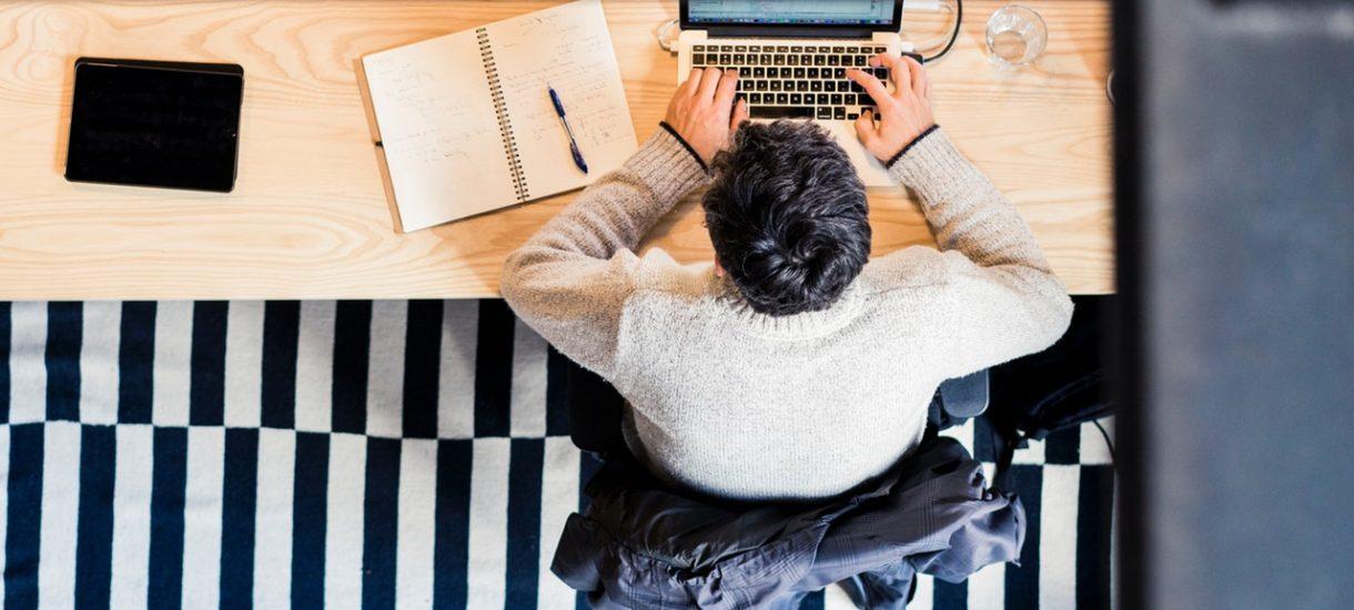 Podpisując umowę o pracę uważajmy na haczyk, by w prosty sposób nie pozbawić się wyższej pensji za nadgodziny