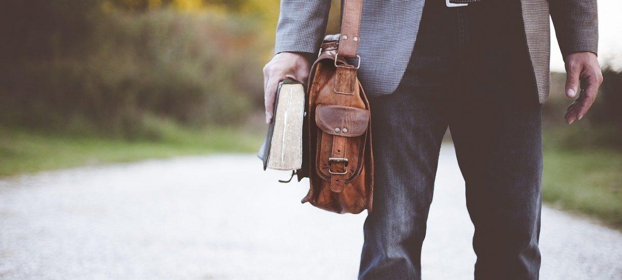 W niektórych sytuacjach pracodawca może odgórnie – bez zgody pracownika – zmienić miejsce jego pracy