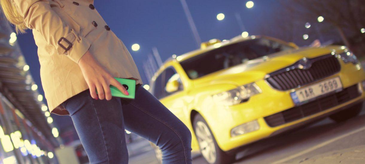 Taksówkarze w Warszawie (albo ktoś, kto się za nich podaje) naganiają klientów nieoznaczonym taksówkom z horrendalną stawką?