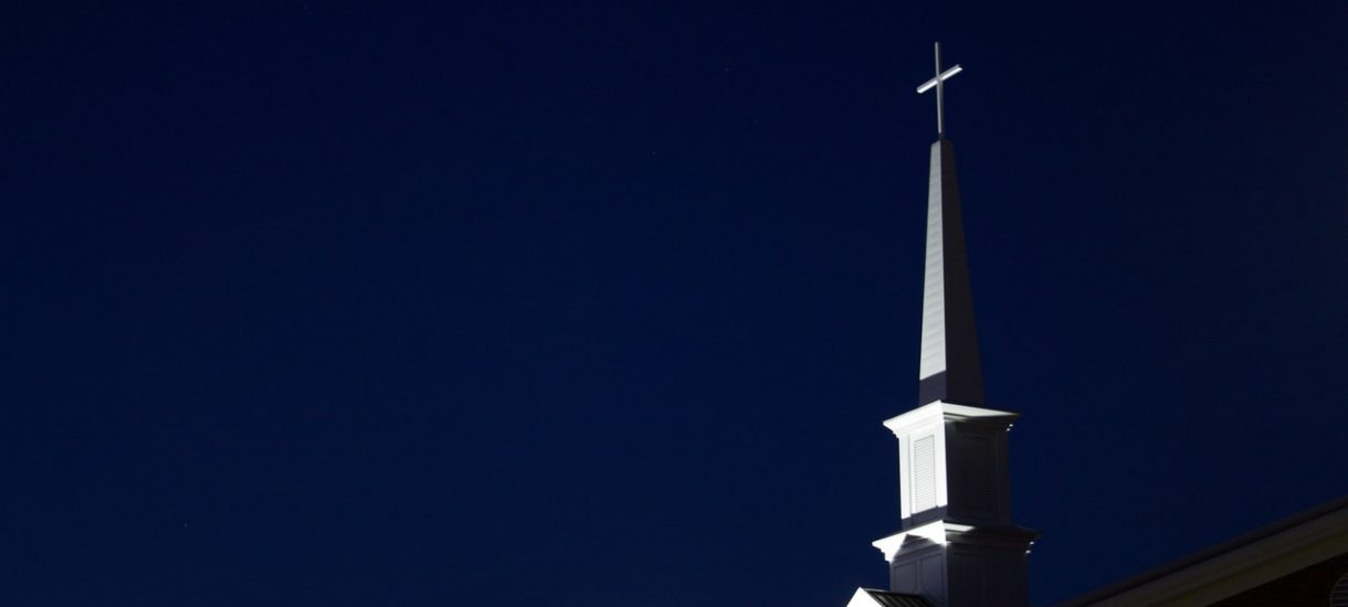 Mężczyzna wszedł do kościoła z czapką na głowie. Właśnie wniesiono wobec niego akt oskarżenia, zarzucając mu m.in. obrazę uczuć religijnych