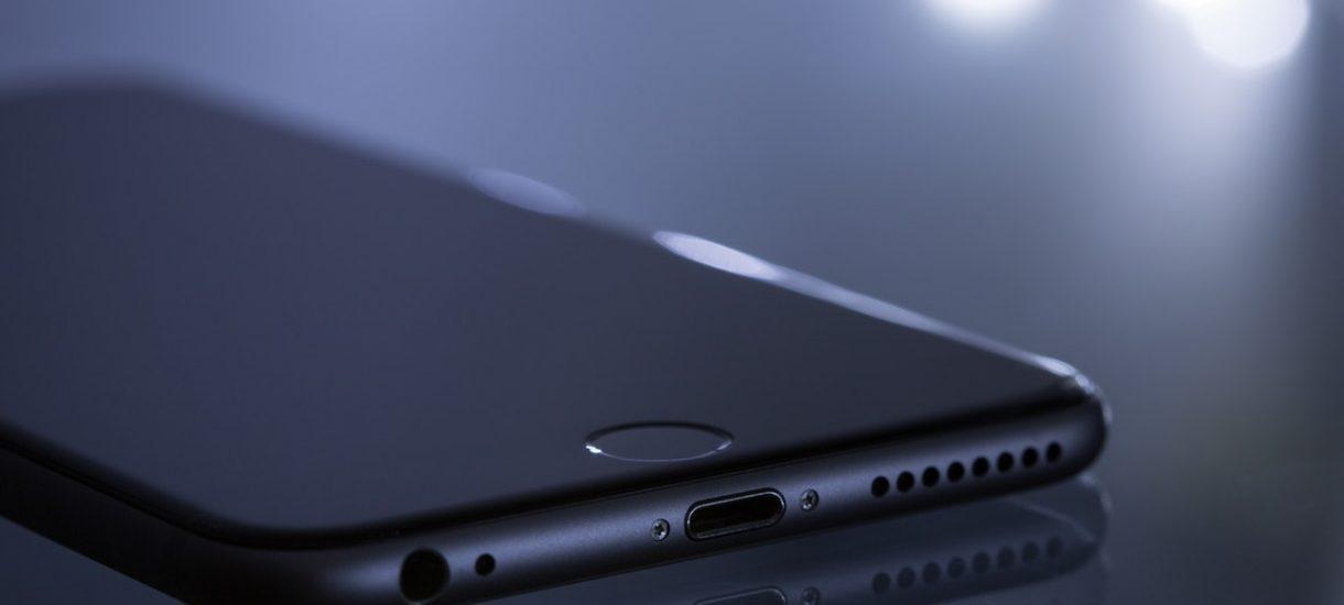 Apple nie chce pomagać FBI. A służby nie są w stanie sobie poradzić z zablokowanym iPhone'm