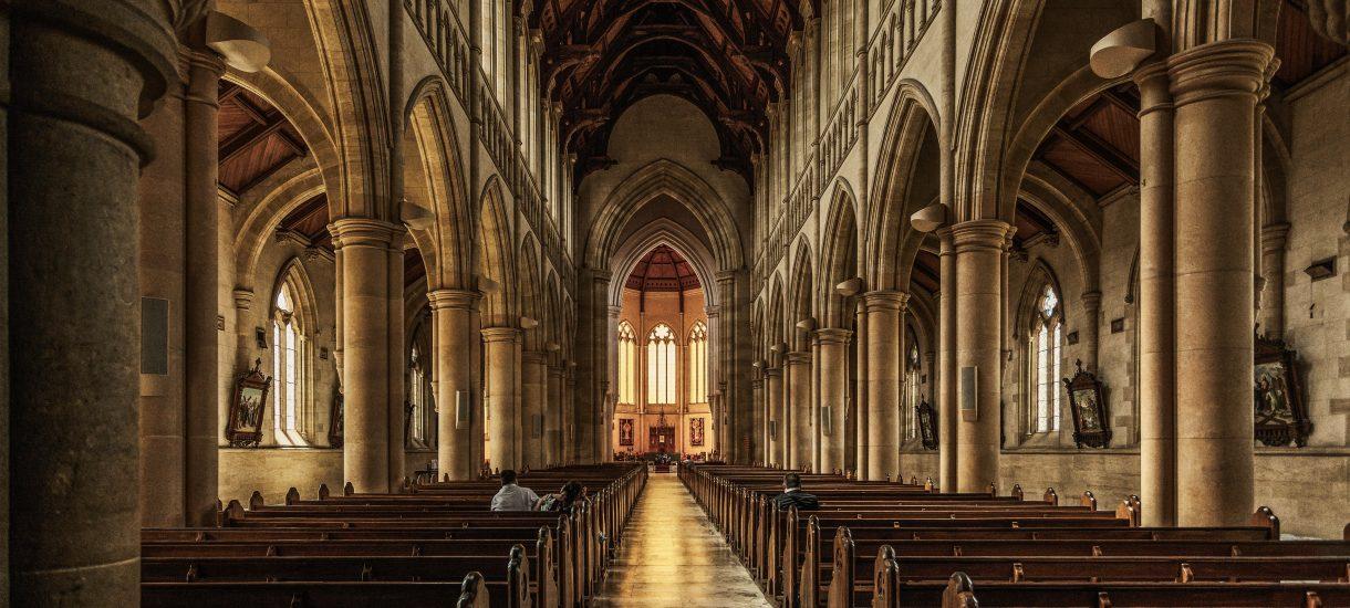 W rekordowym tempie spada zaufanie do Kościoła, a Polacy coraz bardziej ufają Unii Europejskiej. Łączy te fakty jedno – Prawo i Sprawiedliwość