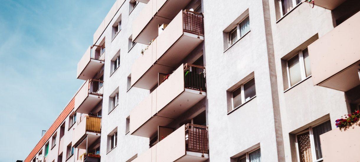 Niegroźny sąsiad, a może zagrożenie dla zdrowia? Sprawdzamy czy bezpiecznie jest kupić mieszkanie w bloku z trafostacją