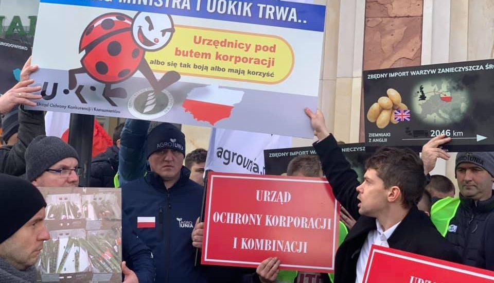 """""""Poproszę jednego ziemniaka"""". Rolnicy blokują kasy w Biedronce, bo sieć oznacza importowane produkty jako polskie"""