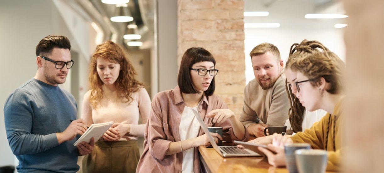 Aby dokonać zwolnienia grupowego, pracodawca musi dopełnić wielu obowiązków. Nie z każdym pracownikiem będzie też mógł rozwiązać stosunek pracy